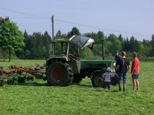 Mit dem Traktor Heu machen